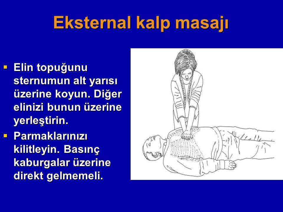 Eksternal kalp masajı  Elin topuğunu sternumun alt yarısı üzerine koyun. Diğer elinizi bunun üzerine yerleştirin.  Parmaklarınızı kilitleyin. Basınç