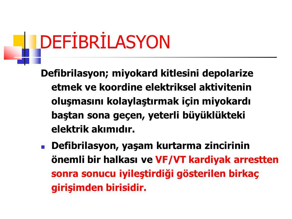 DEFİBRİLASYON Defibrilasyon; miyokard kitlesini depolarize etmek ve koordine elektriksel aktivitenin oluşmasını kolaylaştırmak için miyokardı baştan s