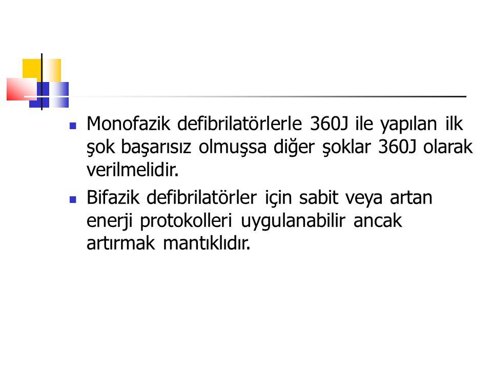 Monofazik defibrilatörlerle 360J ile yapılan ilk şok başarısız olmuşsa diğer şoklar 360J olarak verilmelidir. Bifazik defibrilatörler için sabit veya