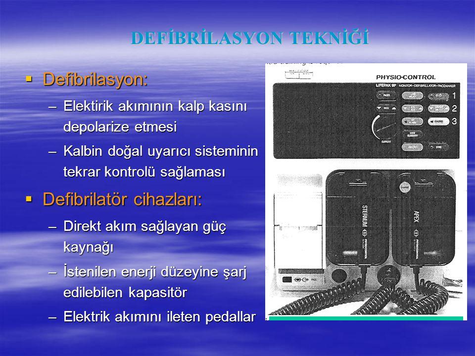 DEFİBRİLASYON TEKNİĞİ  Defibrilasyon: –Elektirik akımının kalp kasını depolarize etmesi –Kalbin doğal uyarıcı sisteminin tekrar kontrolü sağlaması 