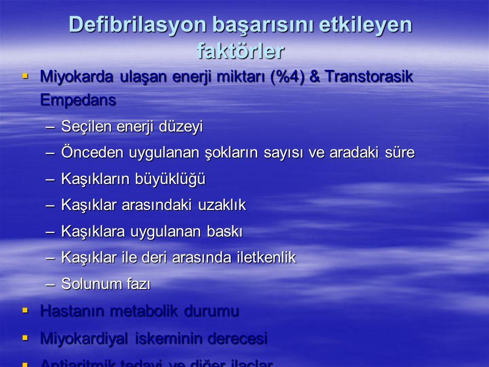 Defibrilasyon başarısını etkileyen faktörler  Miyokarda ulaşan enerji miktarı (%4) & Transtorasik Empedans –Seçilen enerji düzeyi –Önceden uygulanan