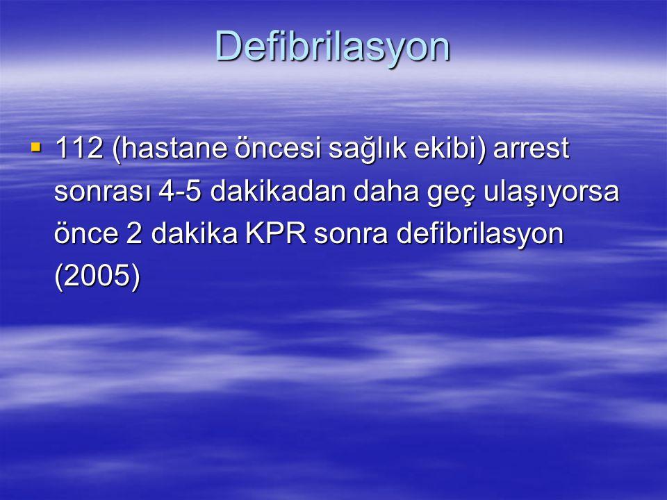 Defibrilasyon  112 (hastane öncesi sağlık ekibi) arrest sonrası 4-5 dakikadan daha geç ulaşıyorsa önce 2 dakika KPR sonra defibrilasyon (2005)