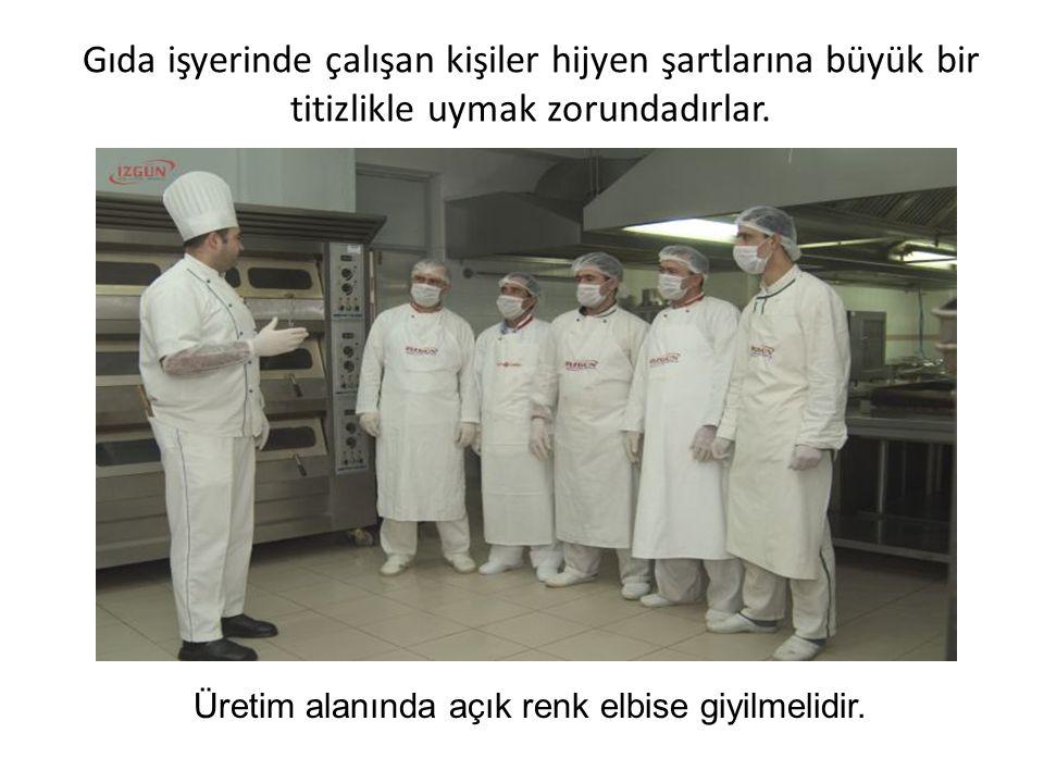 Gıda işyerinde çalışan kişiler hijyen şartlarına büyük bir titizlikle uymak zorundadırlar. Üretim alanında açık renk elbise giyilmelidir.