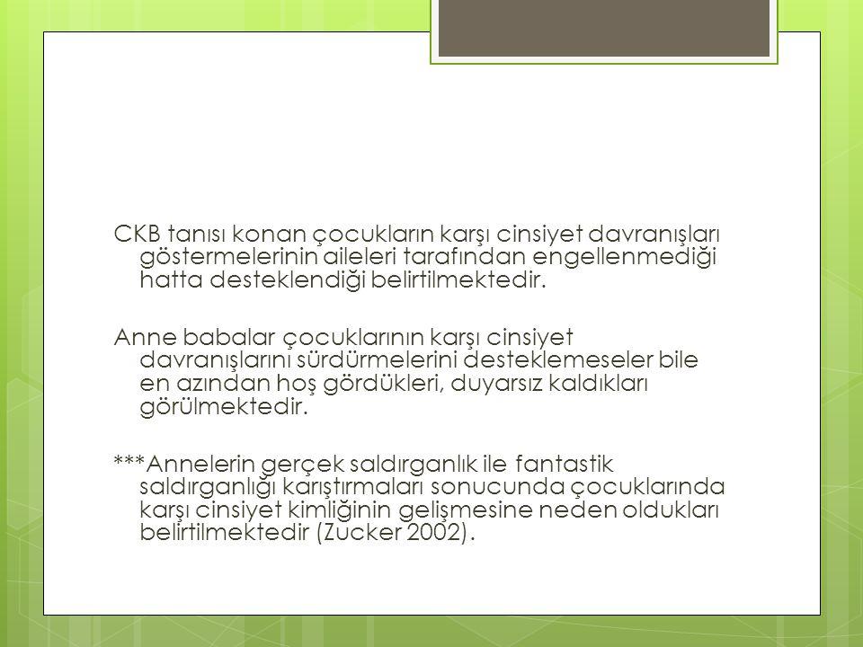 CKB tanısı konan çocukların karşı cinsiyet davranışları göstermelerinin aileleri tarafından engellenmediği hatta desteklendiği belirtilmektedir. Anne
