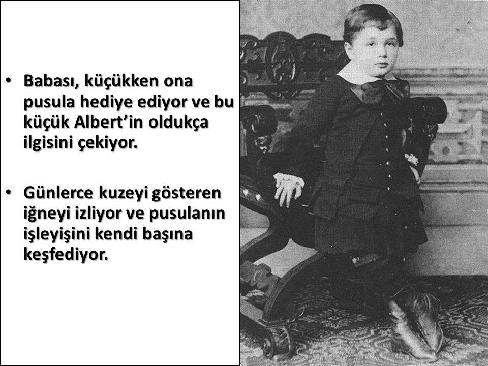 Babası, küçükken ona pusula hediye ediyor ve bu küçük Albert'in oldukça ilgisini çekiyor. Babası, küçükken ona pusula hediye ediyor ve bu küçük Albert