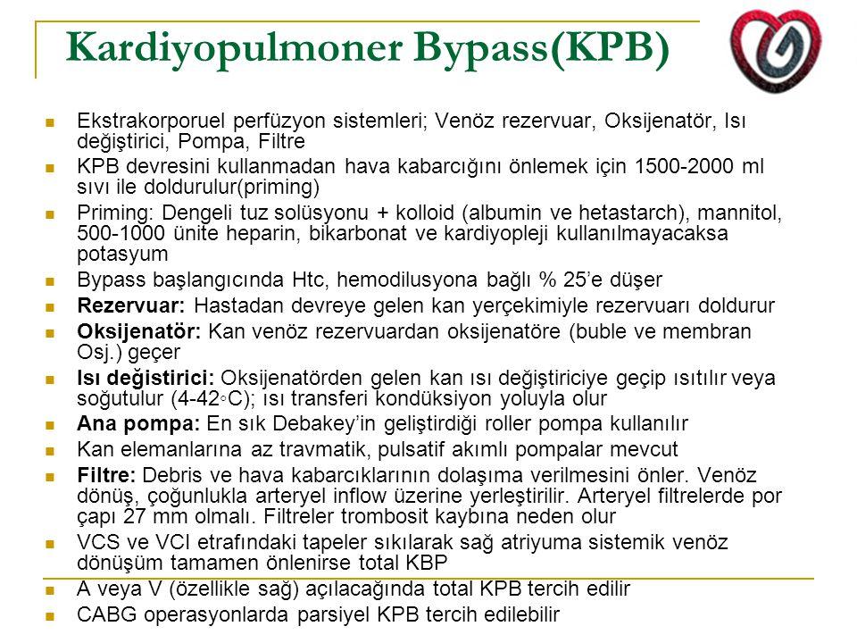 Kardiyopulmoner Bypass(KPB) Ekstrakorporuel perfüzyon sistemleri; Venöz rezervuar, Oksijenatör, Isı değiştirici, Pompa, Filtre KPB devresini kullanmadan hava kabarcığını önlemek için 1500-2000 ml sıvı ile doldurulur(priming) Priming: Dengeli tuz solüsyonu + kolloid (albumin ve hetastarch), mannitol, 500-1000 ünite heparin, bikarbonat ve kardiyopleji kullanılmayacaksa potasyum Bypass başlangıcında Htc, hemodilusyona bağlı % 25'e düşer Rezervuar: Hastadan devreye gelen kan yerçekimiyle rezervuarı doldurur Oksijenatör: Kan venöz rezervuardan oksijenatöre (buble ve membran Osj.) geçer Isı değistirici: Oksijenatörden gelen kan ısı değiştiriciye geçip ısıtılır veya soğutulur (4-42◦C); ısı transferi kondüksiyon yoluyla olur Ana pompa: En sık Debakey'in geliştirdiği roller pompa kullanılır Kan elemanlarına az travmatik, pulsatif akımlı pompalar mevcut Filtre: Debris ve hava kabarcıklarının dolaşıma verilmesini önler.