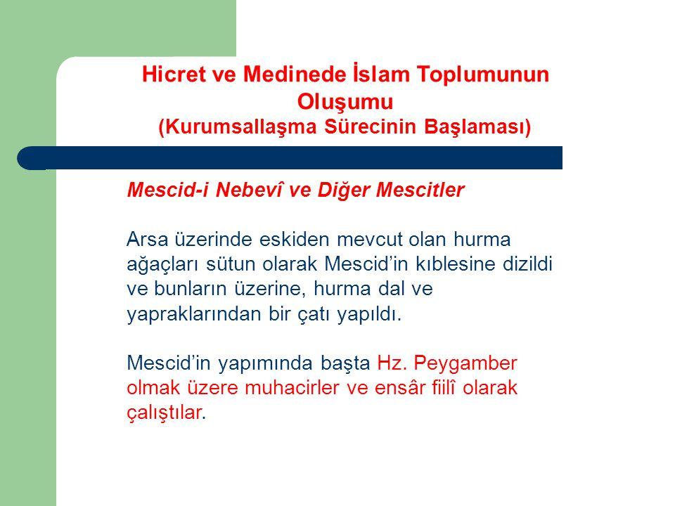 Mescid-i Nebevî ve Diğer Mescitler Başlangıçta kıblesi Kudüs'e doğru olan Mescid-i Nebevî nin üç kapısı vardı.