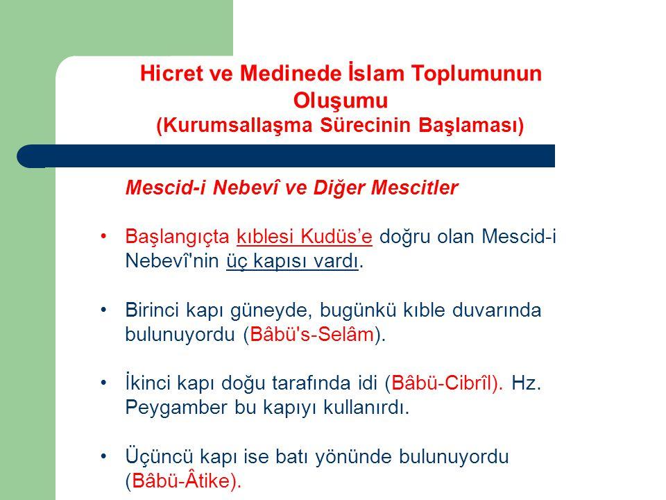 Mescid-i Nebevî ve Diğer Mescitler Başlangıçta kıblesi Kudüs'e doğru olan Mescid-i Nebevî'nin üç kapısı vardı. Birinci kapı güneyde, bugünkü kıble duv