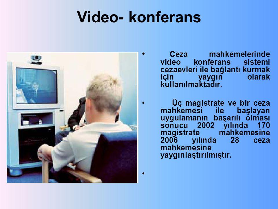 Video- konferans Ceza mahkemelerinde video konferans sistemi cezaevleri ile bağlantı kurmak için yaygın olarak kullanılmaktadır. Üç magistrate ve bir