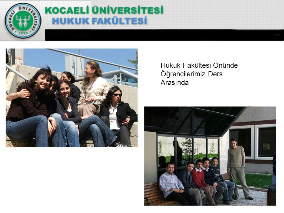 Hukuk Fakültesi Önünde Öğrencilerimiz Ders Arasında