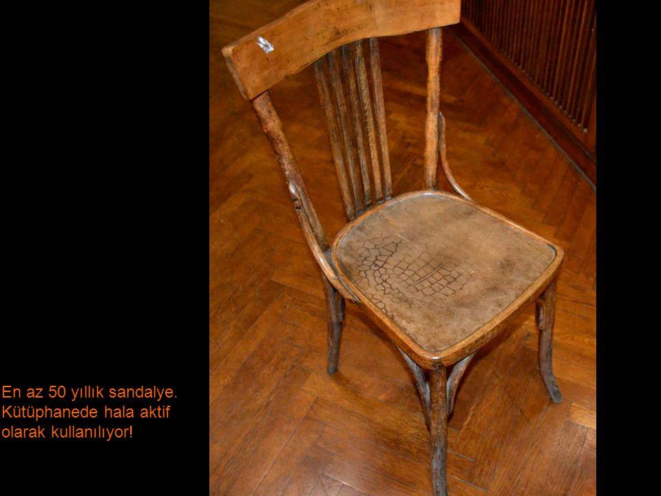 En az 50 yıllık sandalye. Kütüphanede hala aktif olarak kullanılıyor!