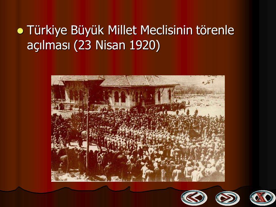 Mustafa Kemal Büyük Millet Meclisi Binası önünde dua ederken Mustafa Kemal Büyük Millet Meclisi Binası önünde dua ederken