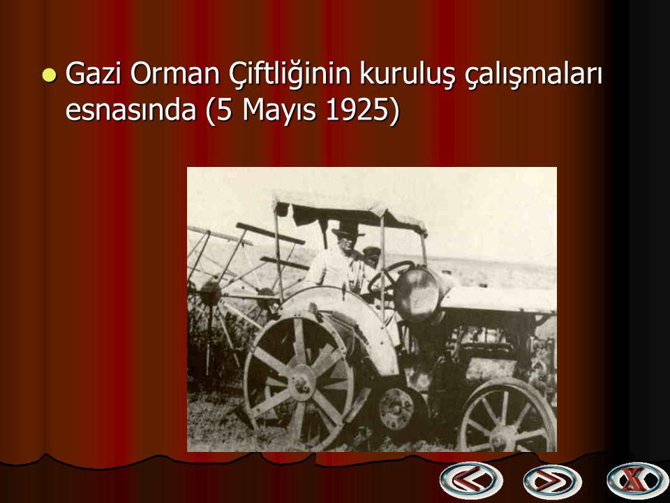 Atatürk Mersin'de kendisini karşılayanlar arasındaki Cumhuriyetin gelecekteki sahipleri ile birlikte (17 Mart 1923) Atatürk Mersin'de kendisini karşıl