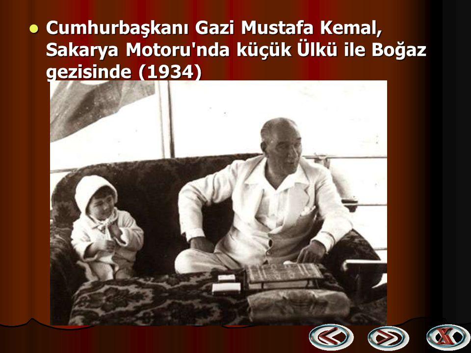 Atatürk, Bir yurt gezisinde kendisine sunulan dilekçeleri alıp incelerken (1930) Atatürk, Bir yurt gezisinde kendisine sunulan dilekçeleri alıp incele