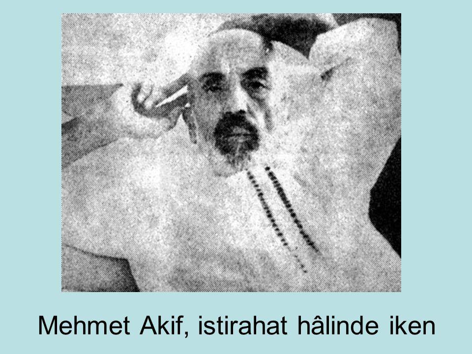 Mehmet Akif, istirahat hâlinde iken