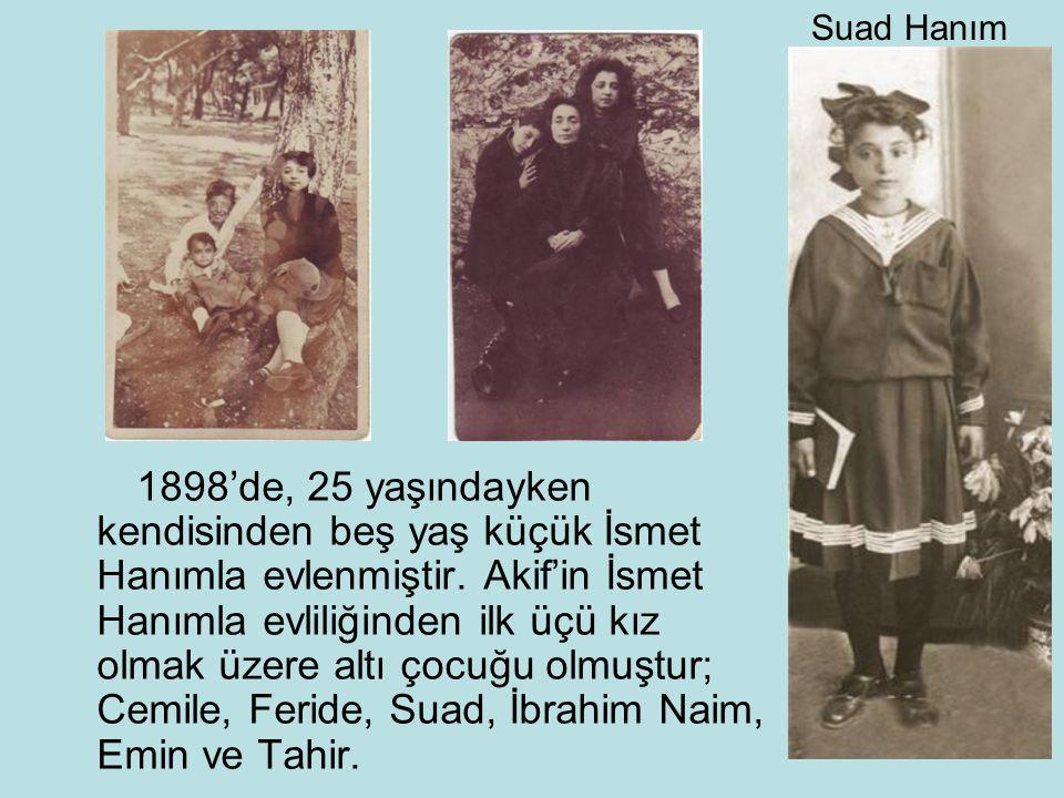 1898'de, 25 yaşındayken kendisinden beş yaş küçük İsmet Hanımla evlenmiştir. Akif'in İsmet Hanımla evliliğinden ilk üçü kız olmak üzere altı çocuğu ol