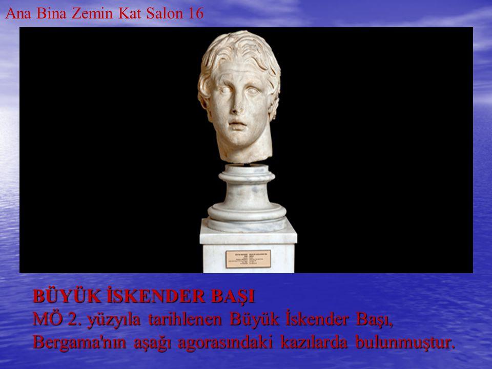 BÜYÜK İSKENDER BAŞI MÖ 2. yüzyıla tarihlenen Büyük İskender Başı, Bergama'nın aşağı agorasındaki kazılarda bulunmuştur. Ana Bina Zemin Kat Salon 16