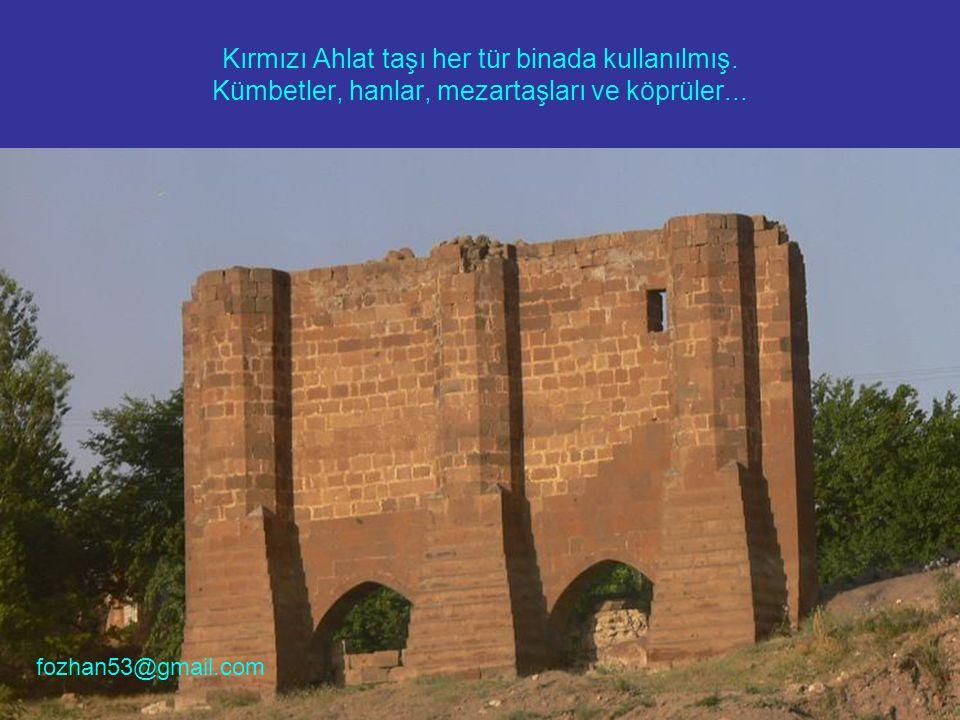 Kırmızı Ahlat taşı her tür binada kullanılmış. Kümbetler, hanlar, mezartaşları ve köprüler...