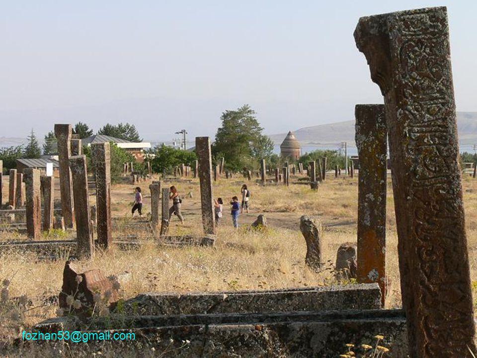 Kırmızı Ahlat taşı her tür binada kullanılmış.Kümbetler, hanlar, mezartaşları ve köprüler...
