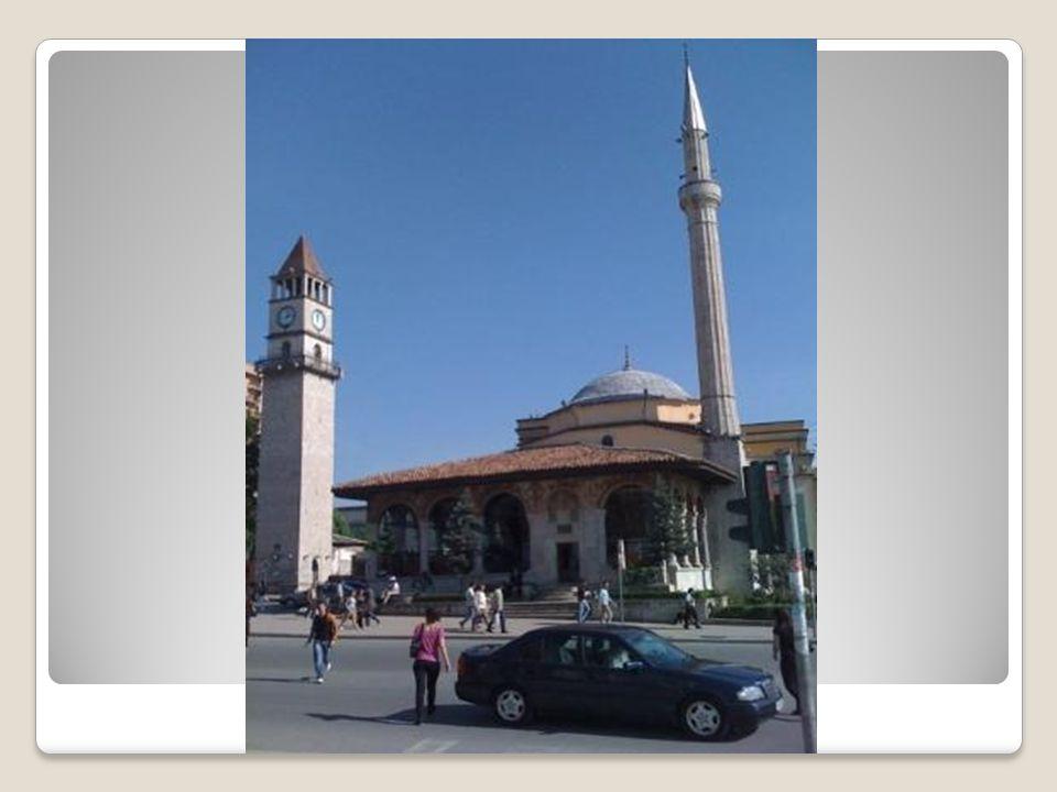 Hüsrev Bey Camii Hüsrev Bey Camii, 1531 yılında Gazi Hüsrev Bey tarafından Mimar Sinan'a inşa ettirilmiştir.