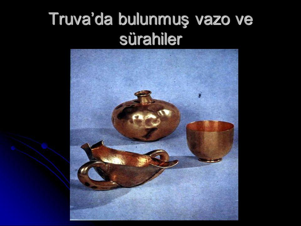 Truva'da bulunmuş vazo ve sürahiler