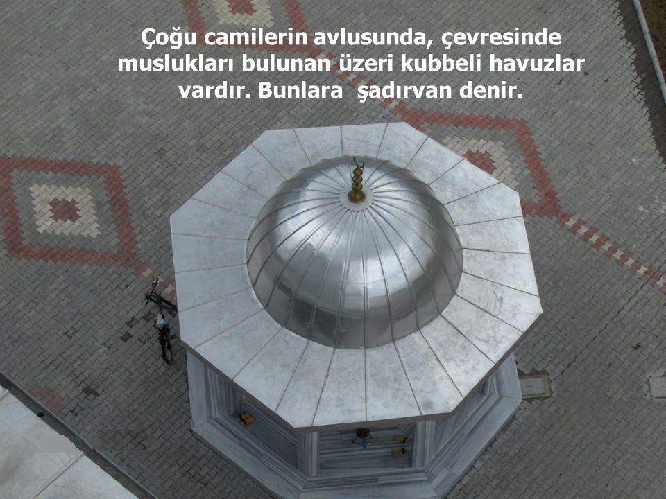 Camilerin kenarlarında, yüksekçe, kalem gibi gökyüzüne doğru yükselen minareler bulunur. Bu minarelerde müezzinler, günde beş vakit ezan okurlar.
