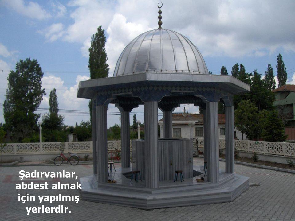 Çoğu camilerin avlusunda, çevresinde muslukları bulunan üzeri kubbeli havuzlar vardır.