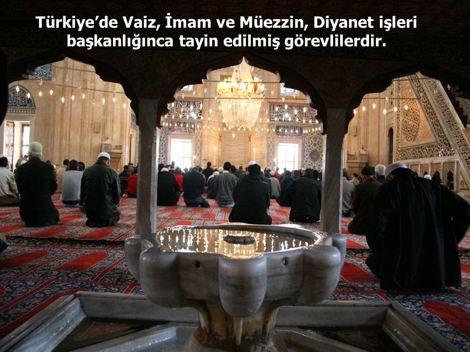 Müezzinler, ezan okumakla ve camilerin temizlik ve düzenini sağlamakla görevlidirler.