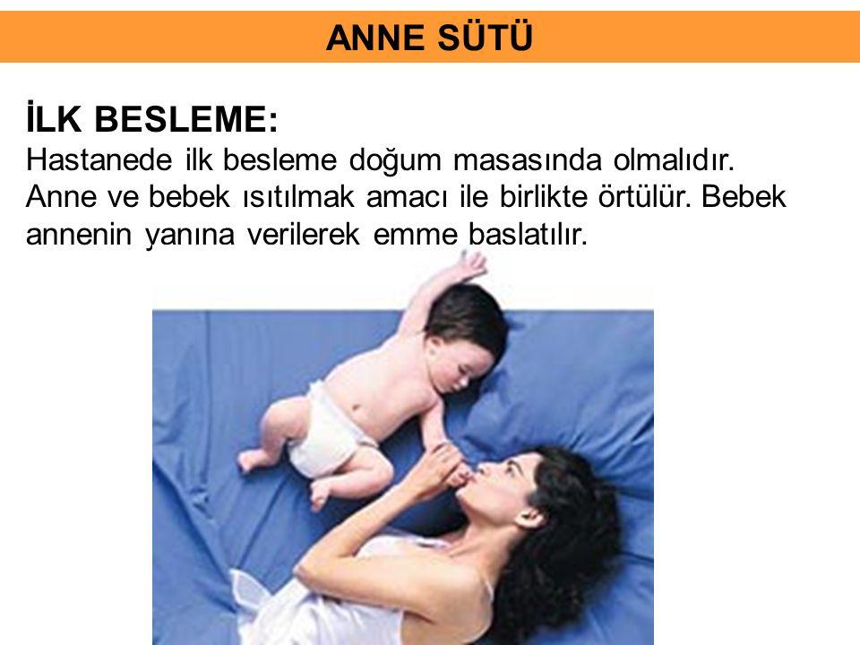 İLK BESLEME: Hastanede ilk besleme doğum masasında olmalıdır. Anne ve bebek ısıtılmak amacı ile birlikte örtülür. Bebek annenin yanına verilerek emme