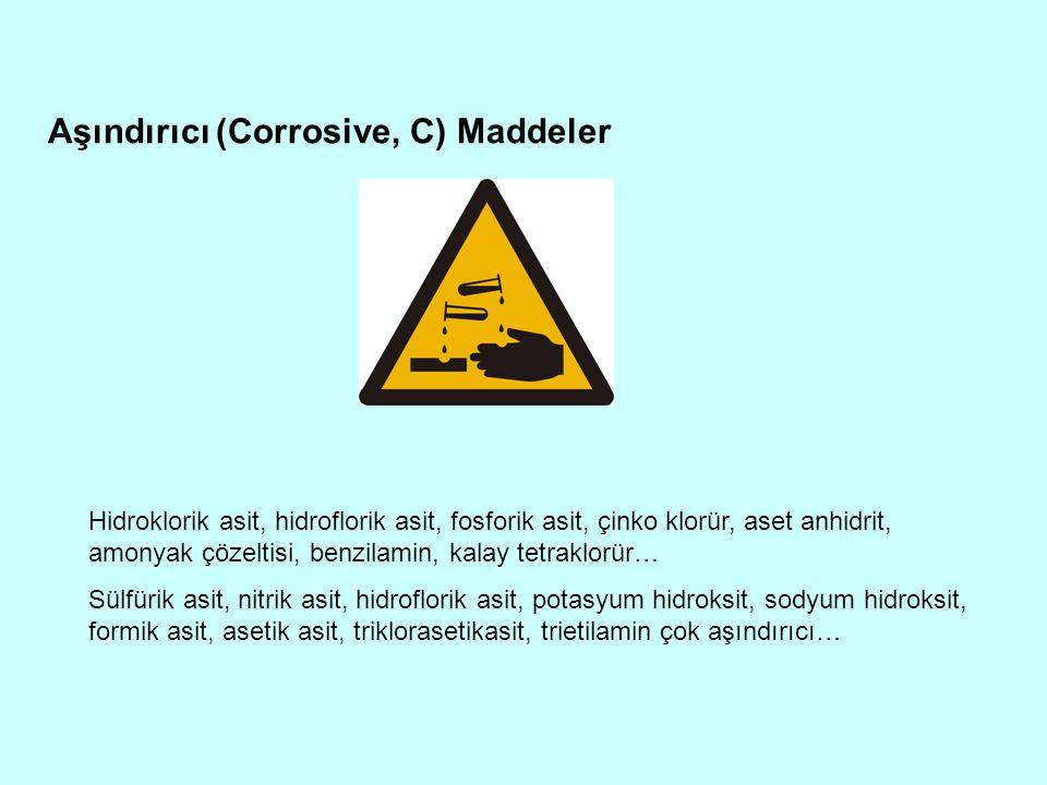 Aşındırıcı (Corrosive, C) Maddeler Hidroklorik asit, hidroflorik asit, fosforik asit, çinko klorür, aset anhidrit, amonyak çözeltisi, benzilamin, kala