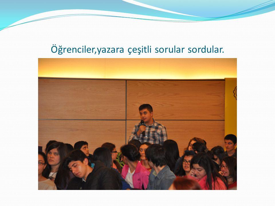 Öğrenciler,yazara çeşitli sorular sordular.