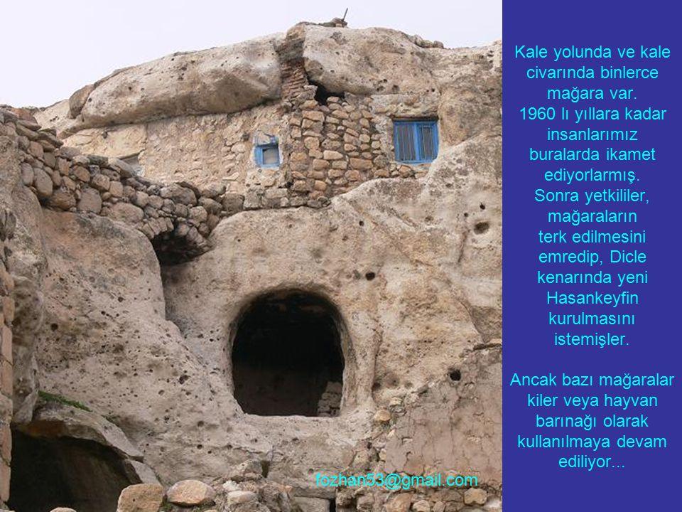 Kale yolunda ve kale civarında binlerce mağara var. 1960 lı yıllara kadar insanlarımız buralarda ikamet ediyorlarmış. Sonra yetkililer, mağaraların te