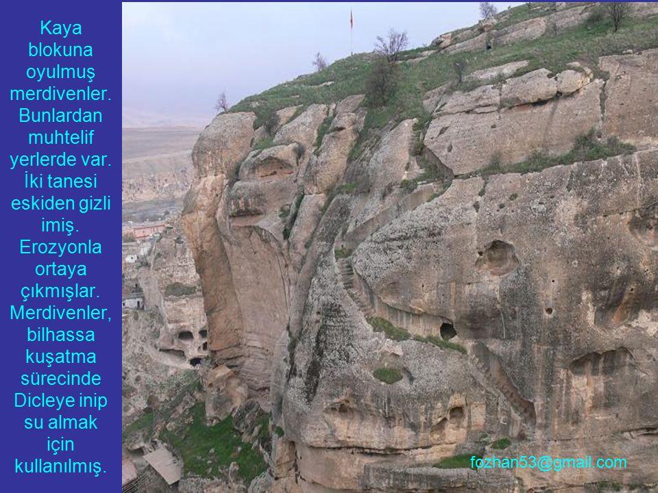 Kaya blokuna oyulmuş merdivenler. Bunlardan muhtelif yerlerde var. İki tanesi eskiden gizli imiş. Erozyonla ortaya çıkmışlar. Merdivenler, bilhassa ku