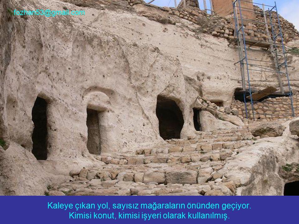 Kaleye çıkan yol, sayısız mağaraların önünden geçiyor. Kimisi konut, kimisi işyeri olarak kullanılmış. fozhan53@gmail.com