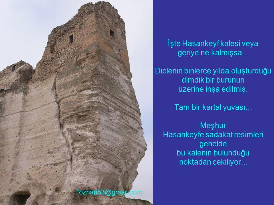İşte Hasankeyf kalesi veya geriye ne kalmışsa... Diclenin binlerce yılda oluşturduğu dimdik bir burunun üzerine inşa edilmiş. Tam bir kartal yuvası...