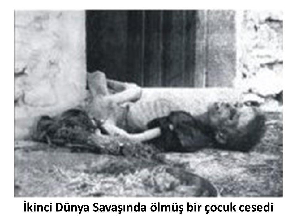 İkinci Dünya Savaşında ölmüş bir çocuk cesedi