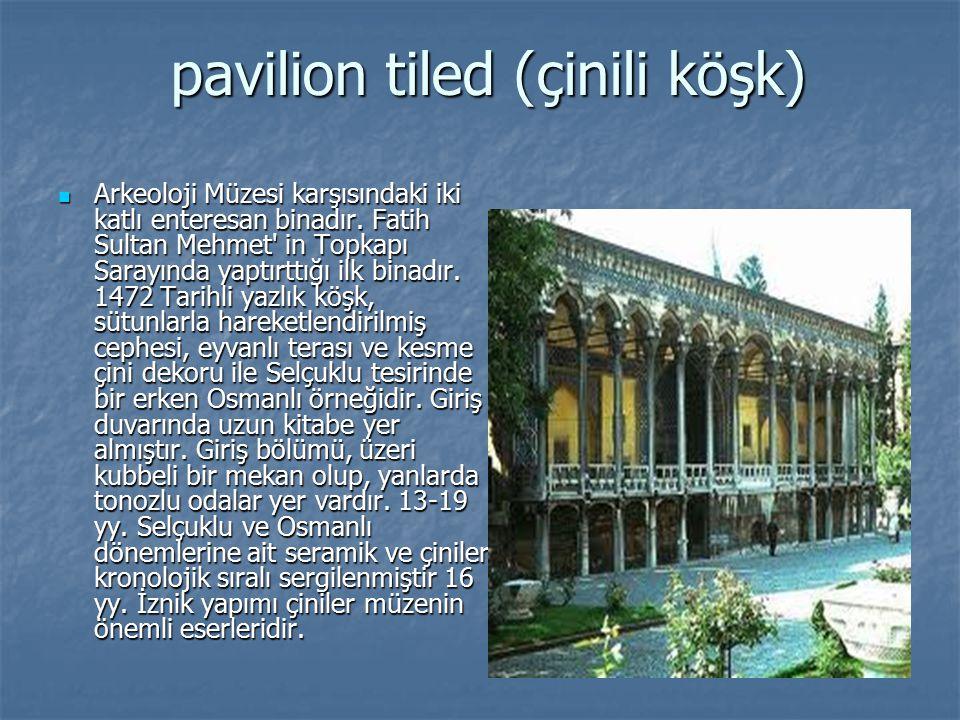 pavilion tiled (çinili köşk) Arkeoloji Müzesi karşısındaki iki katlı enteresan binadır. Fatih Sultan Mehmet' in Topkapı Sarayında yaptırttığı ilk bina