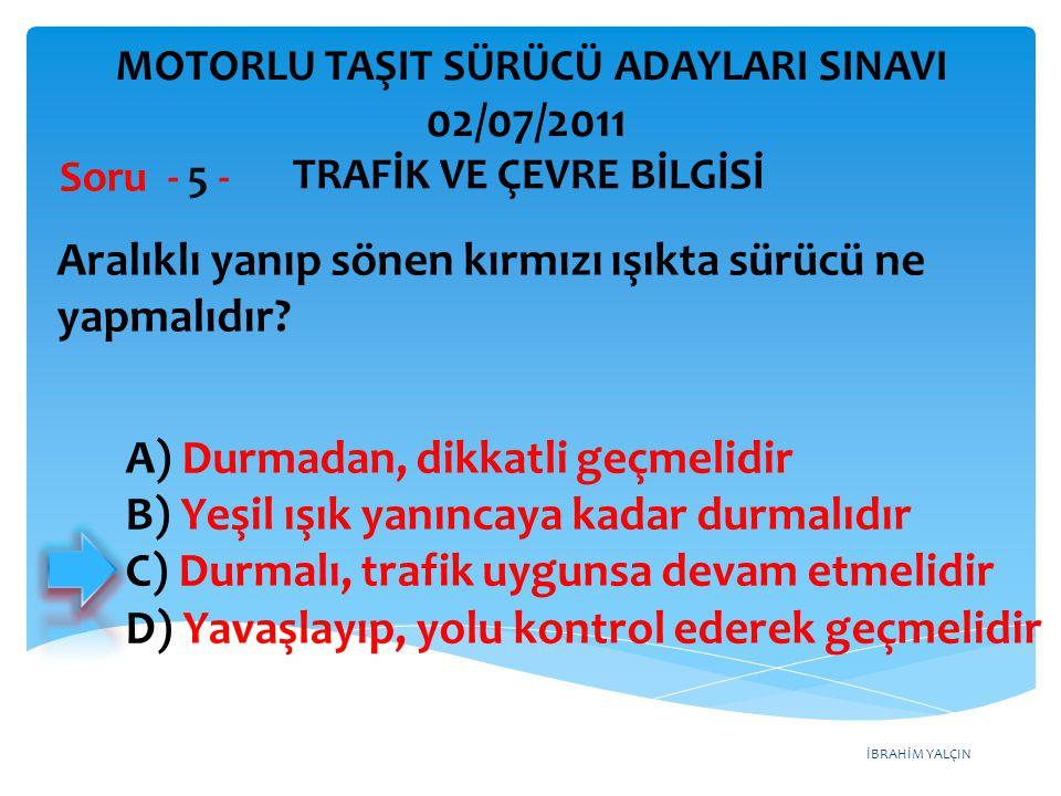 İBRAHİM YALÇIN A) Durmadan, dikkatli geçmelidir B) Yeşil ışık yanıncaya kadar durmalıdır C) Durmalı, trafik uygunsa devam etmelidir D) Yavaşlayıp, yol