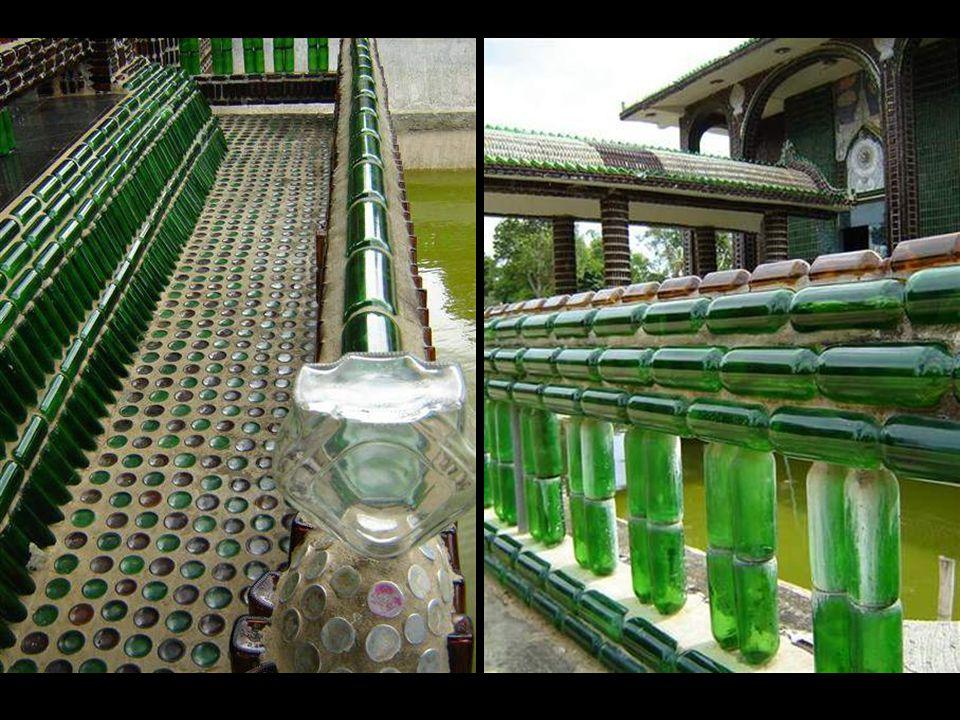 Budist rahipler, binayı yapmak üzere yola çıkarken bir taraftan yararlı bir geri dönüşüm örneği yaratmak üzere şişeleri malzeme olarak kullanmayı seçmişler ve bölge halkını, Tayland güneşini son derece güzel biçimde yansıtarak parlayan bu özgün ve sıradışı mabede dönüştürmek üzere şişe toplamaya yönlendirmişler.
