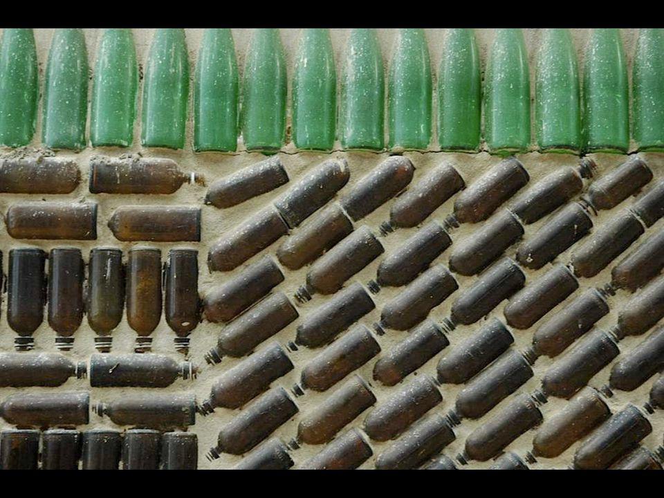 百万瓶寺 用了足足 25 年时间 才修建完工。 百万瓶寺 的僧人 早从 1984 年开始,就搜集废弃的 啤酒瓶,起初的目的是为了治理 当地的环境污染。但由于啤酒瓶 越来越多,他们最终作出一个惊 人决定 —— 将这些啤酒瓶当做建筑 材料,来修建一座寺庙。