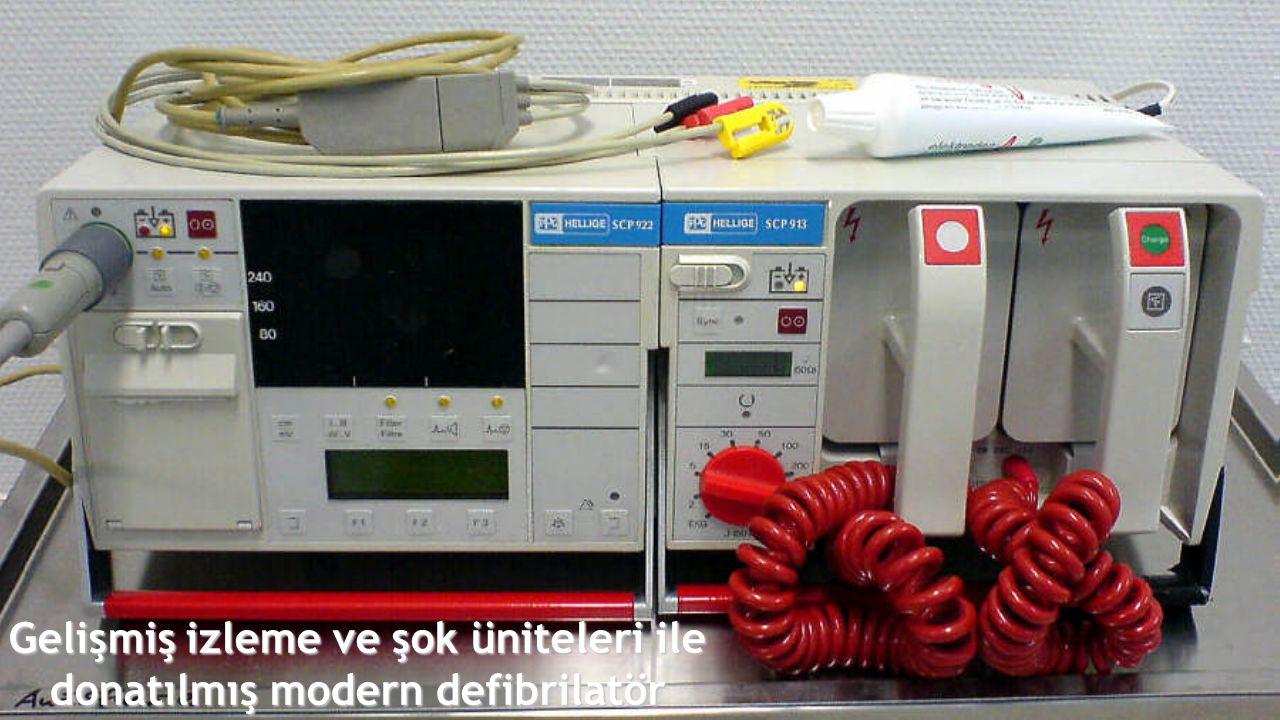 Gelişmiş izleme ve şok üniteleri ile donatılmış modern defibrilatör
