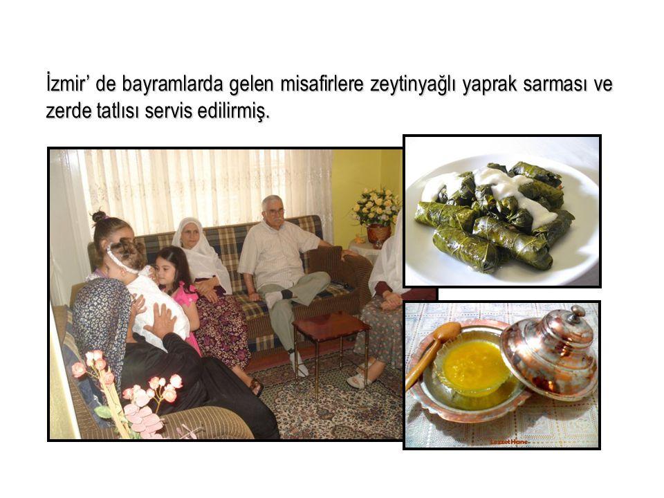İzmir' de bayramlarda gelen misafirlere zeytinyağlı yaprak sarması ve zerde tatlısı servis edilirmiş.