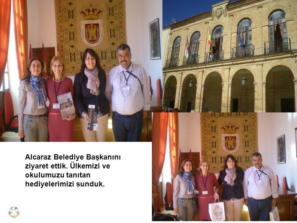 Alcaraz Belediye Başkanını ziyaret ettik. Ülkemizi ve okulumuzu tanıtan hediyelerimizi sunduk.