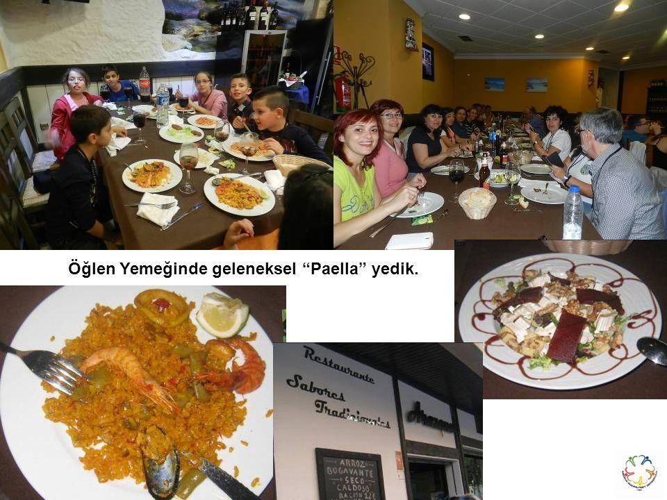 """Öğlen Yemeğinde geleneksel """"Paella"""" yedik."""