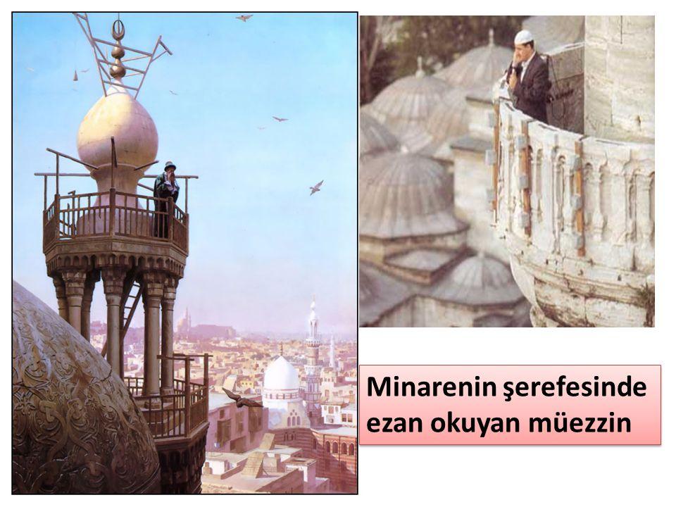Minarenin şerefesinde ezan okuyan müezzin