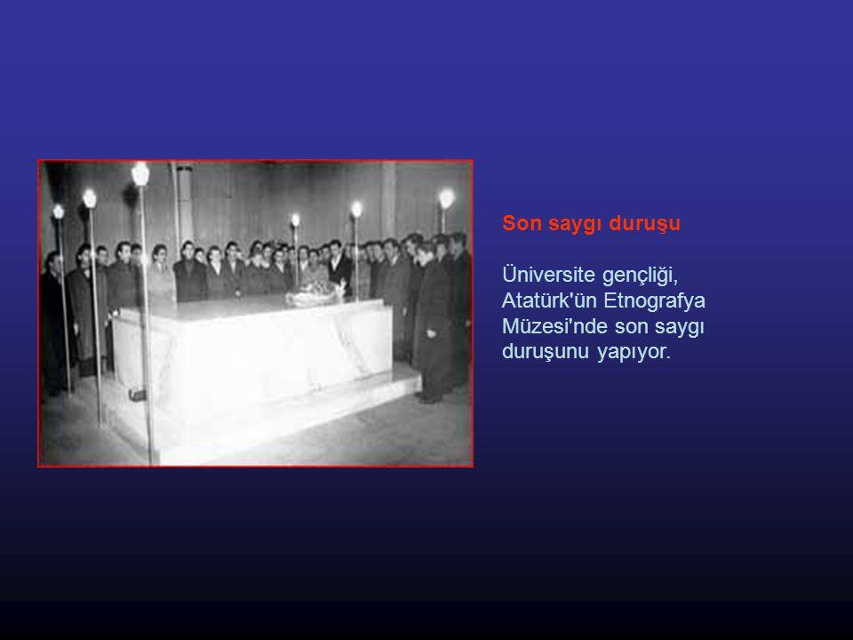 Son saygı duruşu Üniversite gençliği, Atatürk ün Etnografya Müzesi nde son saygı duruşunu yapıyor.
