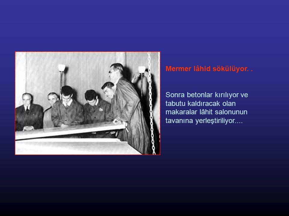 Atatürk ün tabutu birazdan salona çıkartılmış olacak.