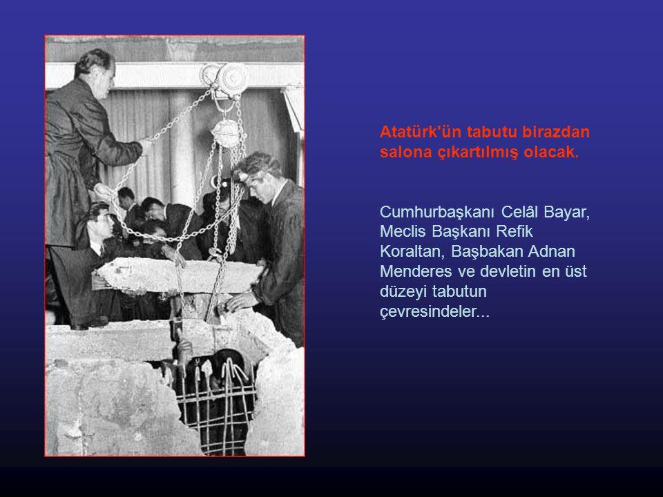 Tabut ortaya çıkıyor Lahtin üzeri tamamen açılmış, Atatürk ün cenazesini 15 yıldan beri muhafaza eden kurşun tabut ortaya çıkmıştı.