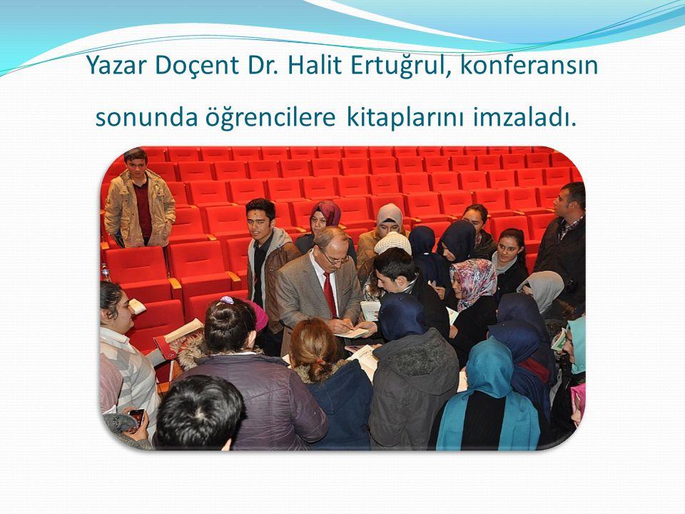 Yazar Doçent Dr. Halit Ertuğrul, konferansın sonunda öğrencilere kitaplarını imzaladı.