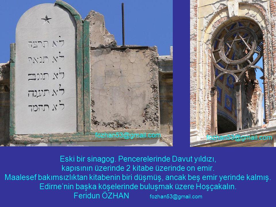 Eski bir sinagog. Pencerelerinde Davut yıldızı, kapısının üzerinde 2 kitabe üzerinde on emir.